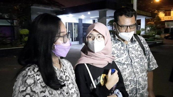 Julia Eka Putri (18) (tengah) selebgram yang viral memenuhi panggilan pemeriksaan di Mapolresto Bekasi Kota, Selasa (27/7/2021).