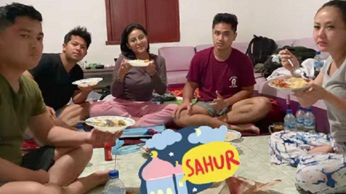 Hari Kedua Ramadan, Awkarin Jadi Relawan Bantu Korban Bencana di Adonara NTT