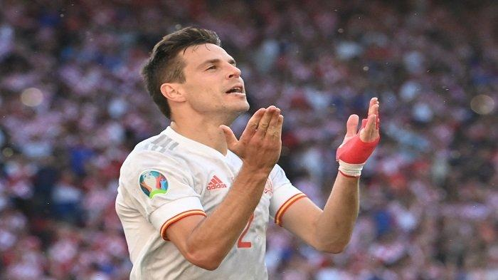Bek Spanyol Cesar Azpilicueta merayakan mencetak gol kedua Spanyol dalam pertandingan sepak bola babak 16 besar UEFA EURO 2020 antara Kroasia dan Spanyol di Stadion Parken di Kopenhagen pada 28 Juni 2021.