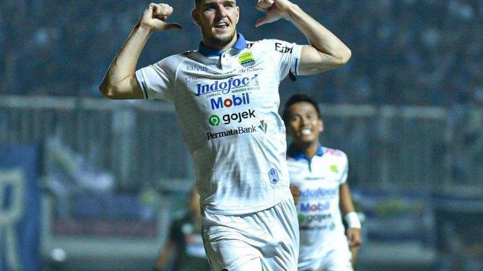 Selebrasi bek Persib Bandung, Nick Kuipers, usai mencetak gol ke gawang PS Tira-Persikabo di Stadion Pakansari, Cibinong, Bogor, pada pekan ke-18 Liga 1 2019, Sabtu (14/9/2019).