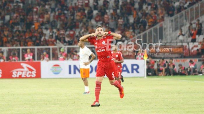 Selebrasi bek Persija Jakarta, Jaimerson Da Silva seusai membobol gawang Borneo FC pada laga pekan keempat Liga 1 2018 di SUGBK, Sabtu (14/4/2018).