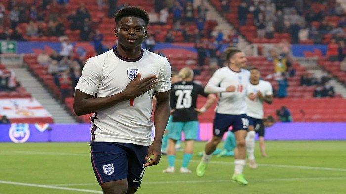 Bek Inggris Bukayo Saka merayakan gol pembuka dalam pertandingan persahabatan internasional antara Inggris dan Austria di Stadion Riverside di Middlesbrough, Inggris timur laut pada 2 Juni 2021.