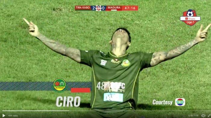 Selebrasi Ciro Alves usai mencetak gol.