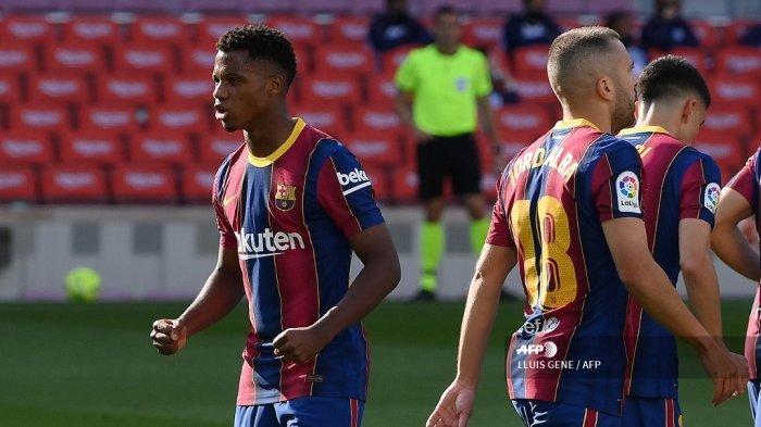 Gelandang Spanyol Barcelona Ansu Fati (kiri) melakukan selebrasi setelah mencetak gol dalam pertandingan sepak bola Liga Spanyol antara Barcelona dan Real Madrid di stadion Camp Nou di Barcelona pada 24 Oktober 2020. LLUIS GENE / AFP