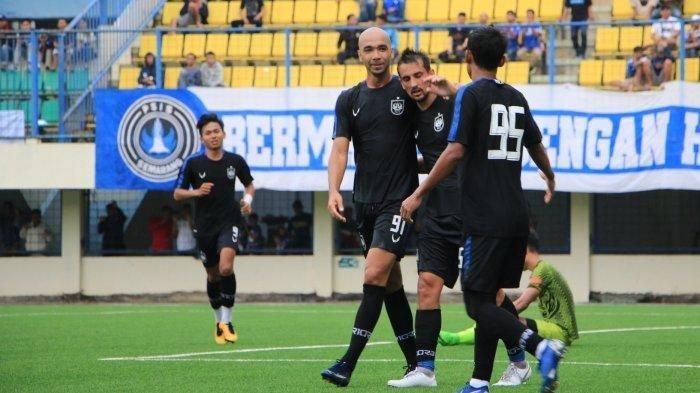 Selebrasi gol Bruno Silva dan Fabio Beck Junior dalam laga ujicoba menghadapai PSIS U-20, di Stadion Citarum Kota Semarang, Sabtu (15/2/2020).