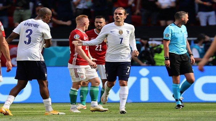 Pemain depan Prancis Antoine Griezmann (tengah) merayakan mencetak gol pertama timnya dengan rekan satu timnya selama pertandingan sepak bola Grup F UEFA EURO 2020 antara Hongaria dan Prancis di Puskas Arena di Budapest pada 19 Juni 2021.