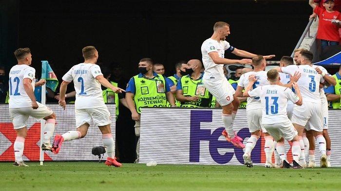 Gelandang Republik Ceko Tomas Holes (tersembunyi, kanan) merayakan dengan rekan satu timnya setelah mencetak gol pertama timnya selama pertandingan sepak bola babak 16 besar UEFA EURO 2020 antara Belanda dan Republik Ceko di Puskas Arena di Budapest pada 27 Juni 2021.