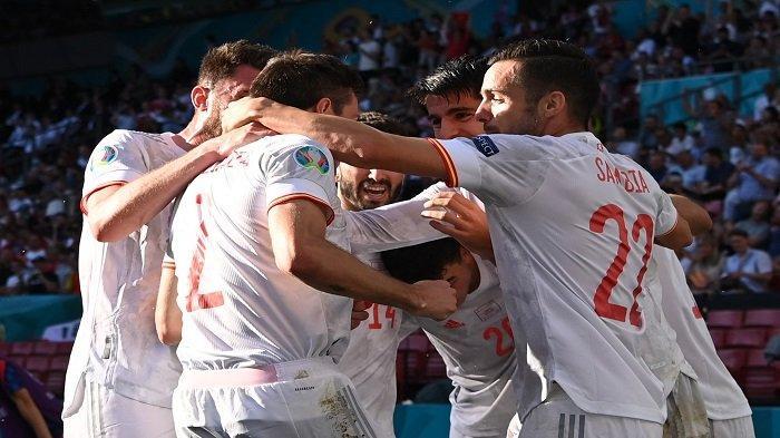 Para pemain Spanyol merayakan gol kedua mereka yang dicetak oleh bek Cesar Azpilicueta (2L) selama pertandingan sepak bola babak 16 besar UEFA EURO 2020 antara Kroasia dan Spanyol di Stadion Parken di Kopenhagen pada 28 Juni 2021.