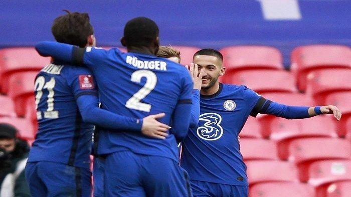 Gelandang Chelsea asal Maroko, Hakim Ziyech (kanan) merayakan bersama rekan satu timnya setelah mencetak gol pembuka pertandingan sepak bola semifinal Piala FA Inggris antara Chelsea dan Manchester City di Stadion Wembley di barat laut London pada 17 April 2021.