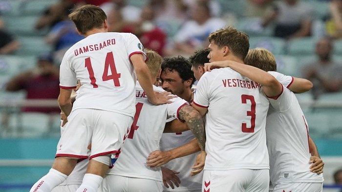 Gelandang Denmark Thomas Delaney (tengah) merayakan dengan rekan satu timnya setelah mencetak gol pertama timnya selama pertandingan sepak bola perempat final UEFA EURO 2020 antara Republik Ceko dan Denmark di Stadion Olimpiade di Baku pada 3 Juli 2021.