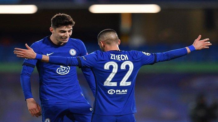 Gelandang Chelsea asal Maroko, Hakim Ziyech (kanan) merayakan bersama rekan satu timnya setelah mencetak gol pertama timnya selama pertandingan sepak bola leg kedua babak 16 besar Liga Champions antara Chelsea dan Atletico Madrid di Stamford Bridge di London pada 17 Maret 2021.