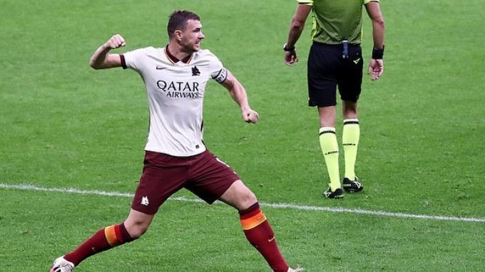 Selebrasi kapten AS Roma, Edin Dzeko setelah membobol gawangnya.