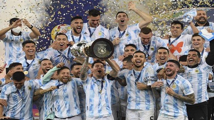 Pemain Argentina Lionel Messi memegang trofi saat ia merayakan di podium bersama rekan setimnya setelah memenangkan pertandingan final turnamen sepak bola Copa America Conmebol 2021 melawan Brasil di Stadion Maracana di Rio de Janeiro, Brasil, pada 10 Juli 2021. Argentina menang 1-0.