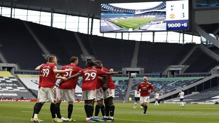 Striker Inggris Manchester United Mason Greenwood merayakan gol ketiga mereka bersama rekan satu timnya selama pertandingan sepak bola Liga Premier Inggris antara Tottenham Hotspur dan Manchester United di Tottenham Hotspur Stadium di London, pada 11 April 2021.