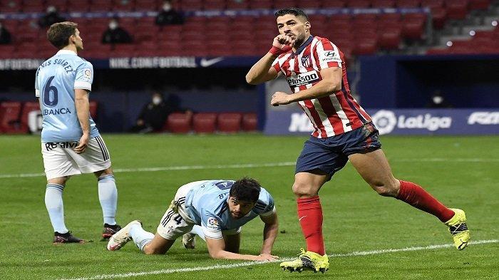 Penyerang Uruguay Atletico Madrid Luis Suarez melakukan selebrasi setelah mencetak gol dalam pertandingan sepak bola liga Spanyol antara Club Atletico de Madrid dan RC Celta de Vigo di stadion Wanda Metropolitano di Madrid pada 8 Februari 2021.