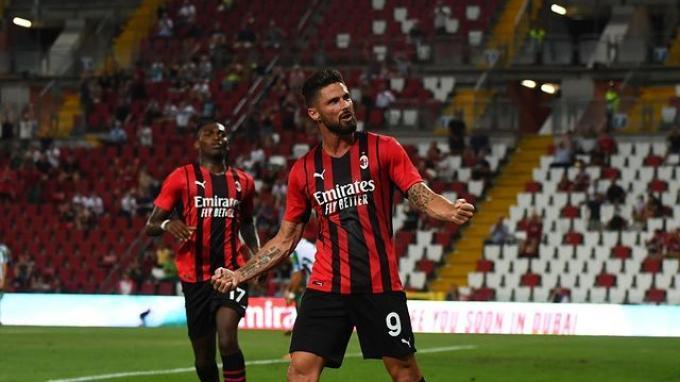Selebrasi penyerang AC Milan, Olivier Giroud merayakan golnya ke gawang Panathinaikos.