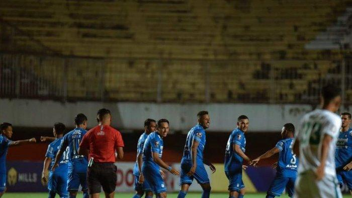 Selebrasi pemain Persib Bandung setelah mencetak gol di Piala Menpora 2021.