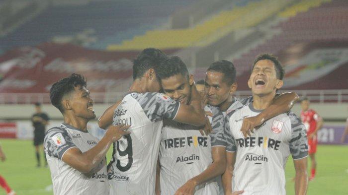Selebrasi pemain Persis Solo, Miftahul Hamdi setelah mencetak gol ke gawang Persijap Jepara dalam pertandingan pekan kedua Liga 2 2021  di Stadion Manahan, Solo, Selasa (5/10/2021) malam. Skor sementara di babak pertama 1-1.