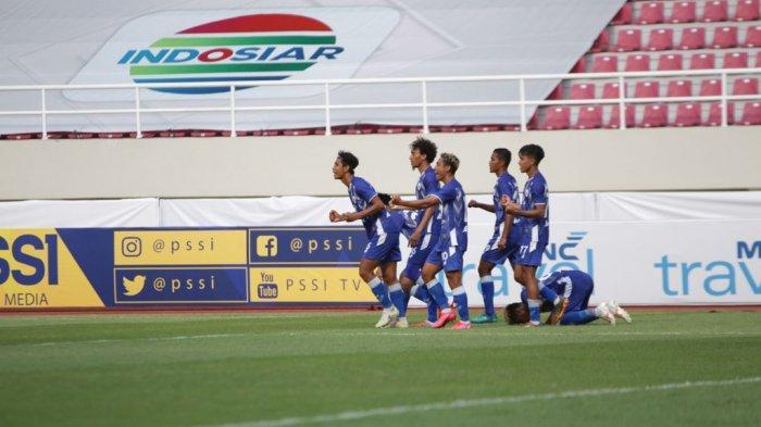 Selebrasi pemain PSCS Cilacap, Qischil Gandrum Minny dan rekannya dalam pertandingan pekan kedua Liga 2 2021 antara PSCS Cilacap vs PSG Pati di Stadion Manahan, Solo, Senin (4/10/2021) sore. PSCS Cilacap menanh dengan skor 2-1 atas PSG Pati.