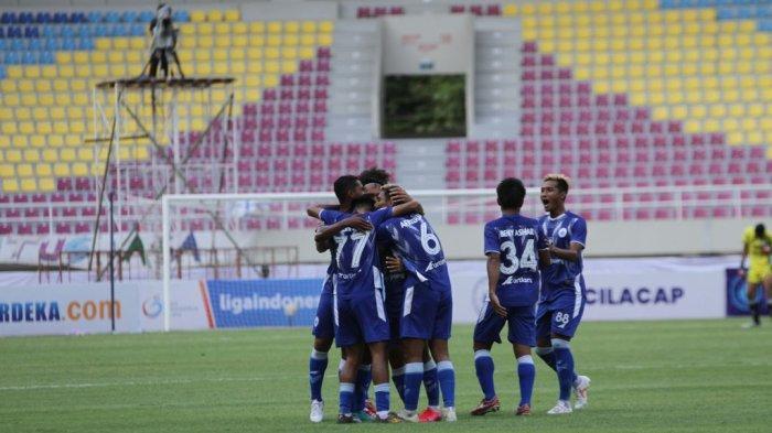 Selebrasi pemain PSCS Cilacap, Thaufan Hidayat dan rekannya dalam pertandingan pekan kedua Liga 2 2021 antara PSCS Cilacap vs PSG Pati di Stadion Manahan, Solo, Senin (4/10/2021) sore. PSCS Cilacap menanh dengan skor 2-1 atas PSG Pati.