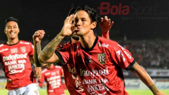 Selebrasi penyerang Bali United, Irfan Bachdim seusai membobol gawang Arema FC pada pertandingan Liga 1 di Stadion Kapten I Wayan Dipta, Minggu (8/10/2017).