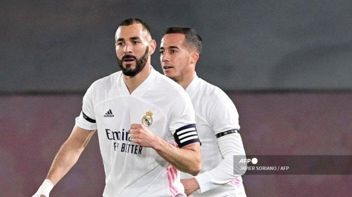 Penyerang Prancis Real Madrid Karim Benzema (kiri) melakukan selebrasi setelah mencetak gol di samping penyerang Spanyol Real Madrid Lucas Vazquez selama pertandingan sepak bola Liga Spanyol