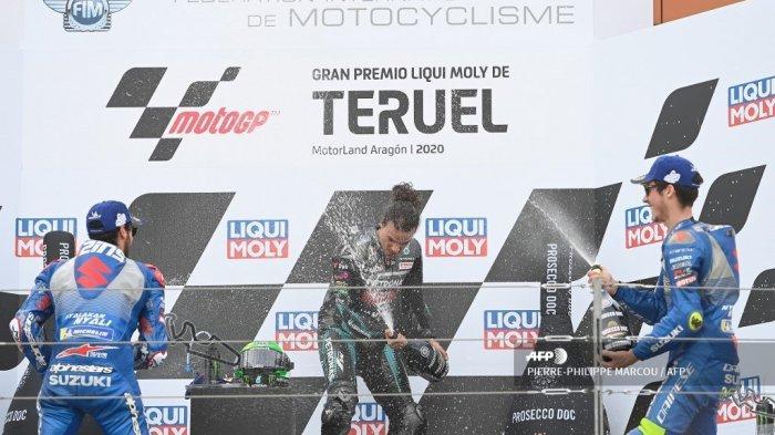 Pembalap Italia Petronas Yamaha SRT dan pemenang Franco Morbidelli (tengah) merayakan di podium bersama pembalap Spanyol kedua Suzuki Ecstar Alex Rins (kiri) dan pembalap Spanyol ketiga Suzuki Ecstar Joan Mir setelah MotoGP Grand Prix Teruel di sirkuit Motorland di Alcaniz pada tanggal 25 Oktober 2020.