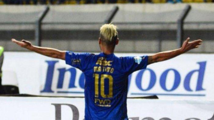 Selebrasi Raphael Maitimo saat masih berseragam Persib setelah mencetak gol ke gawang Persegres Gresik United, Minggu (20/8/2017).