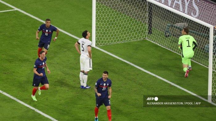 Pemain Prancis melakukan selebrasi saat bek Jerman Mats Hummels (tengah) bereaksi setelah membelokkan bola ke gawangnya sendiri selama pertandingan sepak bola Grup F UEFA EURO 2020 antara Prancis dan Jerman di Allianz Arena di Munich pada 15 Juni 2021.