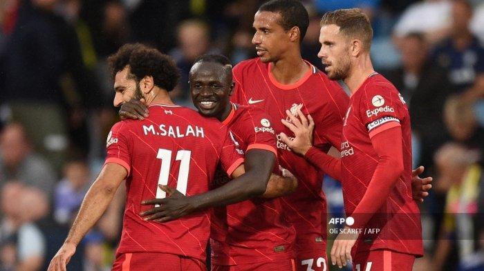 Striker Liverpool asal Senegal Sadio Mane (tengah) merayakan mencetak gol ketiga timnya dengan gelandang Liverpool Mesir Mohamed Salah (kiri) selama pertandingan sepak bola Liga Premier Inggris antara Leeds United dan Liverpool di Elland Road di Leeds, Inggris utara pada 12 September 2021.