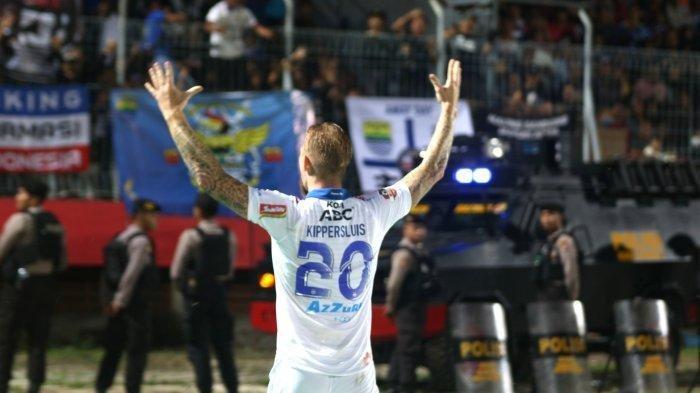 Selebrasi striker asing Persib Bandung, Kevin van Kippersluis usai menjebol gawang Kalteng Putra.