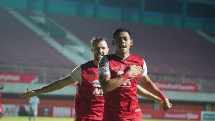 Selebrasi striker Persija Jakarta, Taufik Hidayat setelah mencetak gol ke gawang Persib Bandung dalam lanjutan leg 1 Final Piala Menpora 2021 di Stadion Maguwoharjo, Kamis (22/4/2021).