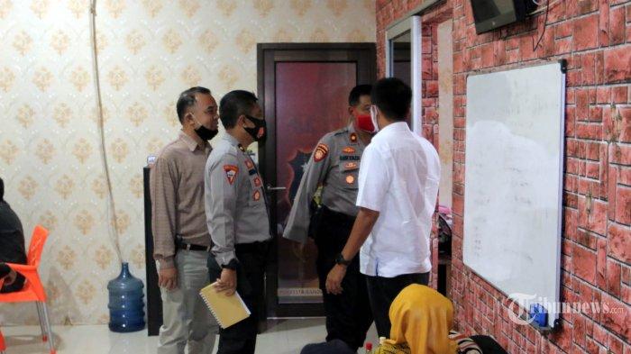 Petugas Kepolisian memeriksa selebriti VS di Mapolresta Bandar Lampung, Rabu (29/72020). Artis FTV berinisial VS tersebut diamankan oleh Unit Perlindungan Perempuan dan Anak (PPA) Satreskrim Polresta Bandar Lampung terkait dugaan kasus prostitusi online bersama dua mucikari berinisial I dan M. TRIBUN LAMPUNG/DENI SAPUTRA