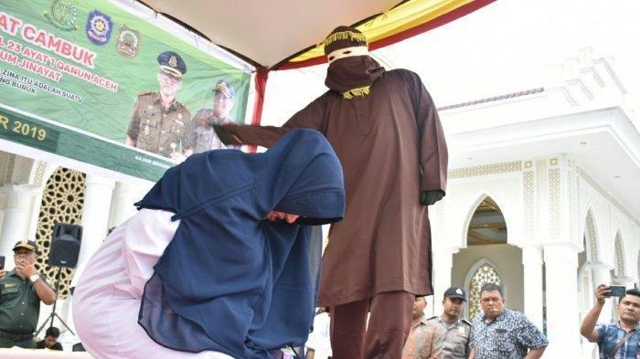 Wanita yang ditetapkan sebagai tersangka khalwat (perselingkuhan) dicambuk di halaman Masjid Agung Sultan Jeumpa, Bireuen, Jumat (4/10/2019)