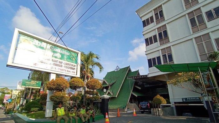 Sejumlah personel Satpol PP disiagakan di depan RS PKU Muhammdiyah Solo, Jalan Yosodipuro, Timuran, Kecamatan Banjarsari, Jumat (15/11/2019).