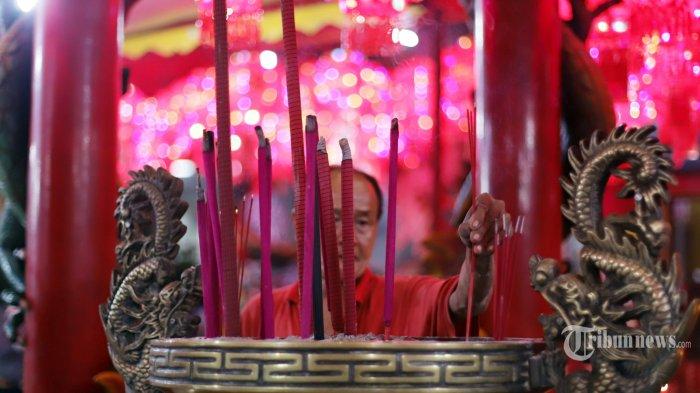 Warga keturunan Tionghoa melakukan sembahyang di Vihara Amurva Bhumi, kawasan Karet Semanggi, Jakarta Selatan, Jumat (24/1/2020) malam. Ibadah tersebut dalam rangka menyambut Tahun Baru Imlek 2571. Tribunnews/Herudin