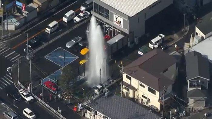 Semburan air minum mencapai ketinggian sedikitnya 10 meter, Sabtu (8/2/2020) di Yokohama.