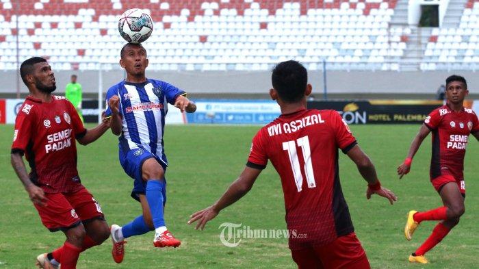 DIKAWAL KETAT- Pemain PSPS Riau kuasai bola dikawal ketat tiga pemain PS Semen Padang pada pertandingan perdana Liga 2 Indonesia 2021 di Stadion Gelora Sriwijaya Jakabaring, Palembang, Sumatera Selatan, Rabu (6/10/2021). Hingga akhir main kedua tim bermain imbang, 1-1. SRIPO/SYAHRUL