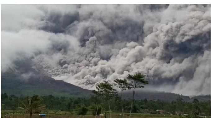 Gunung Semeru Luncurkan Awan Panas, Warga Desa Supiturang Lumajang Pilih Mengungsi