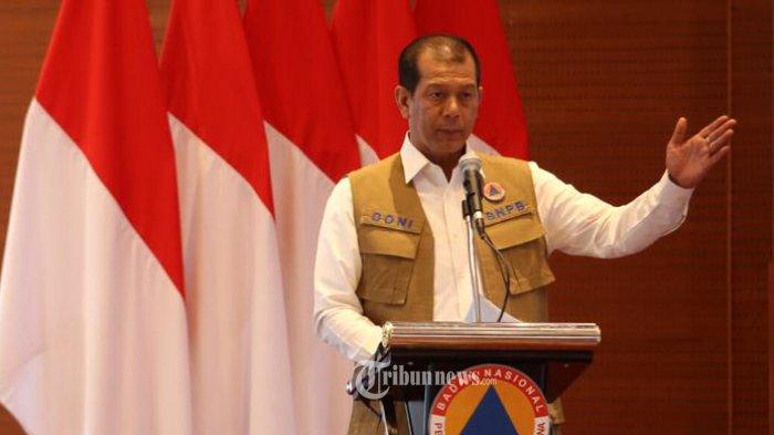Kepala Badan Nasional Penanggulangan Bencana (BNPB) Doni Monardo, memukul gong tanda dibuka Seminar Nasional bertajuk Penerapan Inovasi Teknologi dan Pendekatan Ekosistem Dalam Penanggulangan Bencana Berbasis Kearifan Lokal yang diselenggarakan BNPB dan Expoindo Kayanna Mandiri, Senin (24/2/2020) di Gedung Graha BNPB, Jalan Pramuka, Jakarta Utara.  Kegiatan ini diharapkan mampu meningkatkan kesadaran dan wawasan seluruh elemen bangsa terkait pemanfaatan teknologi, dan menjaga ekosistem berbasis kearifan lokal dalam penanganan bencana.   Seminar Nasional ini merupakan rangkaian acara Asia Disaster Management dan Civil Protection Expo dan Conference (ADEXCO) yang akan berlangsung pada 20-22 Oktober 2020 di JIExpo Kemayoran, Jakarta.   ADEXCO sebagai pameran dan konferensi terbesar di dunia terkait kebencanaan, merupakan upaya untuk menempatkan Indonesia sebagai pusat solusi kebencanaan di kawasan Asia.   Mengusung tagline Kita Jaga Alam, Alam Jaga Kita, ADEXCO akan diikuti oleh 300 exhibitor yang memamerkan hulu dan hilir industri kebencanaan. Mulai dari Disaster Alarm dan Warning System, Fire Protection Equipment, Power Device, CCTV, hingga Emergency dan Rescue Equipment. Adapun jumlah pengunjung (potensial visitor) yang ditargetkan oleh penyelenggara sebanyak 10.000 pengunjung. TRIBUNNEWS.COM/FX ISMANTO