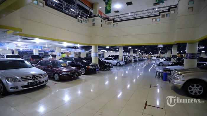 Suasana penjualan mobil bekas yang dipamerkan pada bursa penjualan mobil bekas di kawasan Blok M, Jakarta Selatan, Kamis (23/7/2020). Meskipun sempat mengalami penurunan saat pandemi Covid-19, namun kini penjualan mobil bekas sudah mulai stabil. Tribunnews/Jeprima