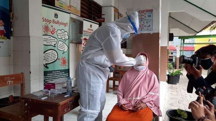 Sempat ke kerumunan di Petamburan, Pani dinyatakan reaktif Covid-19, ini pengakuannya. Tampak warga Petamburan Pani jalani uji swab antigen dari Polda Metro Jaya Selasa (24/11/2020).
