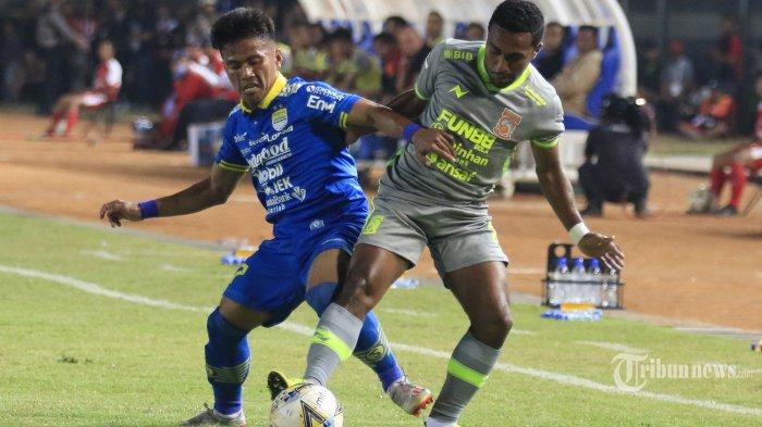 Pemain Persib Bandung, Ghozali Siregar (kiri) berebut bola dengan pemain Borneo FC dalam laga lanjutan Liga 1 2019 di Stadion Si Jalak Harupat, Soreang, Kabupaten Bandung, Jawa Barat, Rabu (14/8/2019) malam. Sempat unggul 2-0, Maung Bandung akhirnya harus rela berbagi angka dengan tim tamu setelah skor berhasil disamakan menjadi 2-2. Tribun Jabar/Deni Denaswara