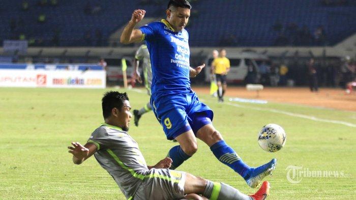 Pemain Persib Bandung, Esteban Vizcarra (atas) diadang pemain Borneo FC dalam laga lanjutan Liga 1 2019 di Stadion Si Jalak Harupat, Soreang, Kabupaten Bandung, Jawa Barat, Rabu (14/8/2019) malam. Sempat unggul 2-0, Maung Bandung akhirnya harus rela berbagi angka dengan tim tamu setelah skor berhasil disamakan menjadi 2-2. Tribun Jabar/Deni Denaswara