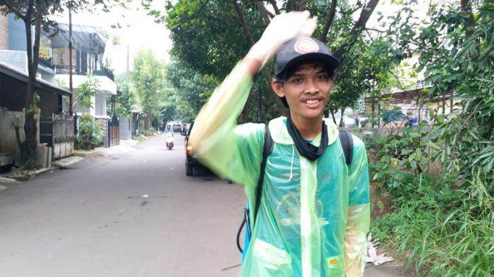 Relawan TemannyaSisun menyemprot disinfektan ke rumah warga di Depok