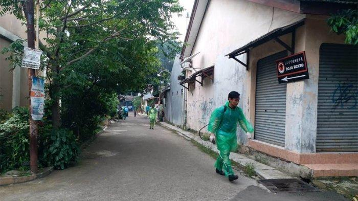 Relawan TemannyaSisun menyemprot disinfektan di Depok guna mencegah virus Corona