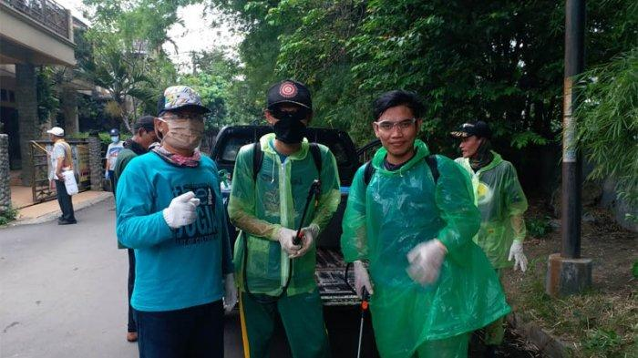 Relawan TemannyaSisun menyemprot disinfektan di Depok guna mencegah virus Corona atau Covid-19