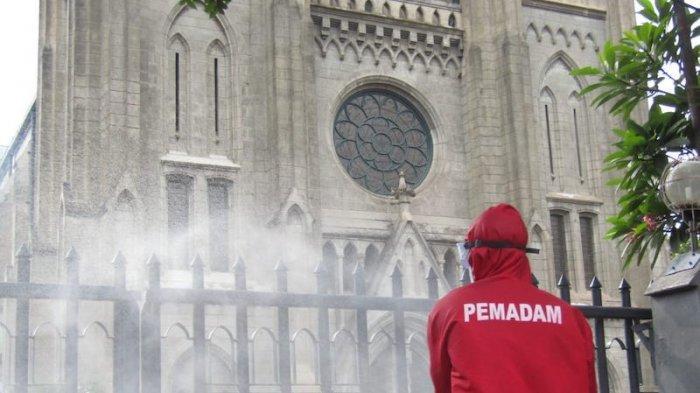 Dinas Penanggulangan Kebakaran dan Penyelamatan (Gulkarmat) DKI Jakarta lakukan penyemprotan disinfektan pada dua tempat ibadah, Masjid Istiqlal dan Gereja Katedral Jakarta, Rabu (3/6/2020)/dok. Dinas Gulkarmat DKI Jakarta