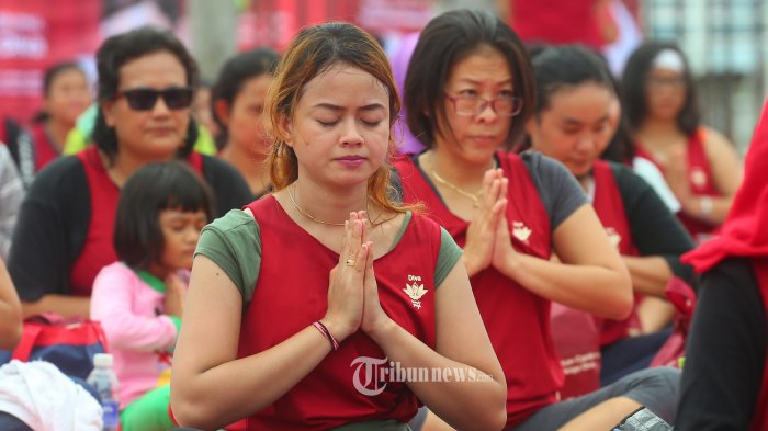 Peserta melakukan meditasi senam yoga dalam kegiatan Diva Beauty Yoga di Kawasan Wisata Ocarina, Batam, Provinsi Kepulauan Riau, Minggu (30/10). Kegiatan yang diikuti sebanyak 520 peserta tersebut dimeriahkan oleh artis sekaligus guru yoga, Anjasmara yang menjadi brand ambasador Diva beauty drink.   TRIBUN BATAM/Argianto DA Nugroho