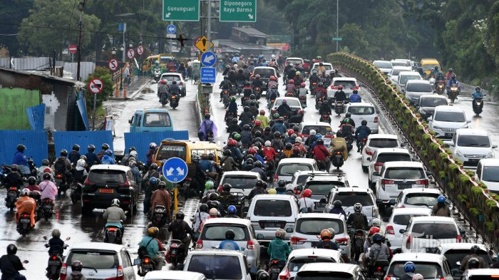 Kemacetan parah terjadi di kawasan Wonokromo, Kota Surabaya, Jawa Timur, Senin (15/6/2020) pagi. Padatnya kendaraan roda empat dan roda dua serta adanya penyempitan jalur (bottle neck) di dekat proyek Jembatan Joyoboyo menyebabkan antrean kendaraan yang mengarah ke utara atau ke tengah Kota Surabaya. Surya/Ahmad Zaimul Haq